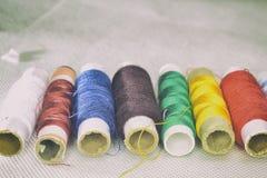 Amorçages colorés pour la couture Image libre de droits