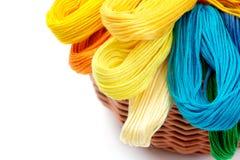 Amorçages colorés pour la couture dans le panier Image stock