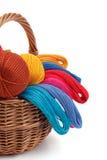 Amorçages colorés pour la couture dans le panier Photographie stock libre de droits