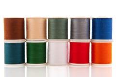 Amorçages de couture colorés sur les traitements différés blancs Photos libres de droits