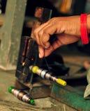 Amorçages de fixation de la main du tisserand sur un traitement différé Images libres de droits