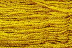 Amorçages de laine jaunes. Photographie stock