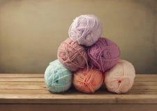 Amorçages de tricotage sur la table en bois Photographie stock libre de droits