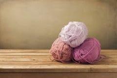 Amorçages de tricotage sur la table en bois Photographie stock
