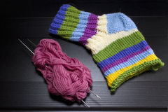 Amorçages, rais, chaussettes tricotées multicolores Photographie stock