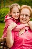 Amor - abuela con el retrato de la nieta Imagen de archivo libre de regalías