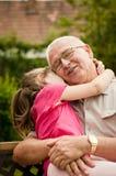 Amor - abuelo con el retrato del nieto Fotografía de archivo