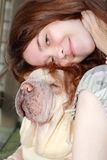 amor adolescente feliz de la muchacha y del perro Imágenes de archivo libres de regalías