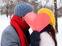 Amor al aire libre del invierno de los pares Fotos de archivo libres de regalías