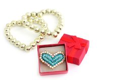 Amor Anillo bajo la forma de corazón con joyas y una caja de regalo cerca imagen de archivo libre de regalías
