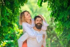 Amor apaixonado Apreciando o momento agradável morno macio do amor Intimidade e ternura no amor Fantasia dos segredos Pares imagem de stock royalty free