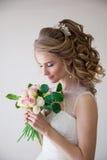 Amor branco do casamento do vestido de casamento da noiva Imagens de Stock Royalty Free