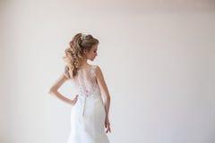 Amor branco do casamento do vestido de casamento da noiva Fotos de Stock Royalty Free