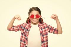 Amor cego Menina pequena que cobre os olhos com os cora??es Menina bonito com cora??es vermelhos pequenos em varas Crian?a pequen imagem de stock royalty free