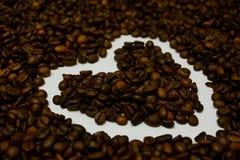 Amor com o aroma de feijões de café foto de stock royalty free