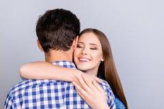 Amor, confiança, sentimentos, emoções, conceito da felicidade Vista traseira de fotos de stock