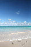 Amor: Coração na praia da areia, oceano tropical Fotos de Stock Royalty Free