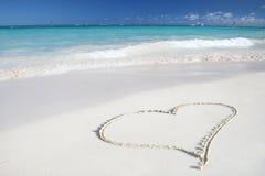 Amor: Coração na praia da areia, oceano tropical Imagem de Stock Royalty Free
