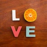 Amor da palavra em uma placa de madeira Imagem de Stock Royalty Free