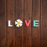 Amor da palavra na tabela de madeira foto de stock