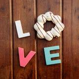 Amor da palavra na tabela de madeira fotografia de stock royalty free