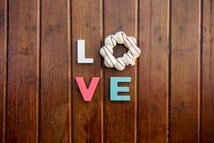 Amor da palavra na tabela de madeira fotografia de stock