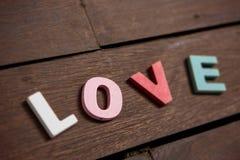 Amor da palavra no assoalho de madeira Foto de Stock Royalty Free