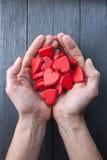 Amor das mãos dos corações fotografia de stock royalty free