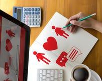 Amor datando em linha do achado do coração vermelho que data os pares que datam Happines fotografia de stock