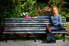 Amor de espera Moça no amor no banco imagens de stock royalty free