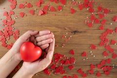 Amor de la atención sanitaria de día de San Valentín que lleva a cabo día de salud rojo del corazón y de mundo foto de archivo libre de regalías