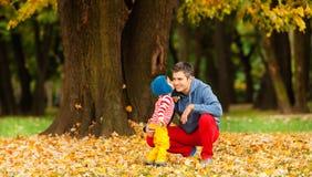 Amor de la familia del otoño Imágenes de archivo libres de regalías