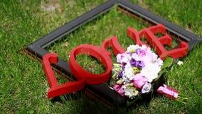Amor de la inscripción en la boda almacen de metraje de vídeo