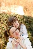 Amor de la madre y de la hija imagenes de archivo