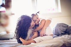 Amor de la madre y de las hijas imágenes de archivo libres de regalías