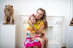 Amor de la mamá y de la hija foto de archivo