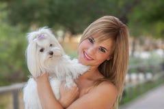 Amor de la mujer de los perros con el animal doméstico Foto de archivo