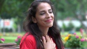 Amor de la mujer y pensamiento sonrientes almacen de metraje de vídeo
