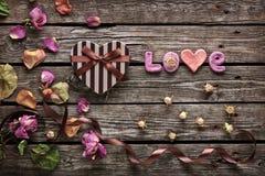 Amor de la palabra con día de tarjetas del día de San Valentín en forma de corazón Imágenes de archivo libres de regalías