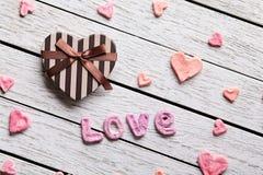 Amor de la palabra con la caja de regalo en forma de corazón Foto de archivo libre de regalías