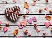 Amor de la palabra con la caja de regalo en forma de corazón Foto de archivo