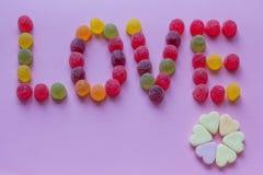 Amor de la palabra deletreado con el caramelo Fotografía de archivo