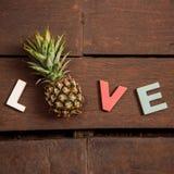 Amor de la palabra en el piso de madera Imagen de archivo