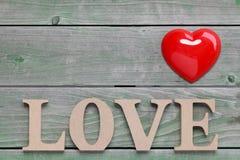 Amor de la palabra hecho con el bloque de madera Fotos de archivo libres de regalías