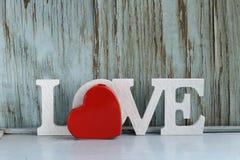 Amor de la palabra hecho de las letras de madera blancas Imagen de archivo libre de regalías