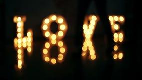 Amor de la palabra que consiste en luces en piso brillante metrajes
