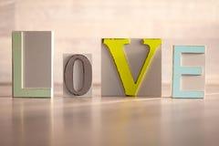 Amor de madeira colorido das letras Fotografia de Stock