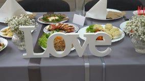 Amor de madeira da palavra na tabela do casamento dos noivos video estoque