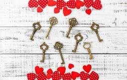 Amor de madera rojo del día de tarjetas del día de San Valentín del fondo de las llaves de oro de los corazones Foto de archivo libre de regalías