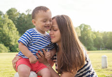 Amor de maternidade matriz e filho Fotos de Stock